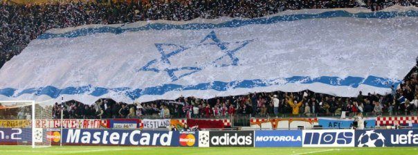 Bildnummer: 11686713  Datum: 12.03.2003  Copyright: imago/VI Images An Israeli flag is shown by Ajax Amsterdam supporters during the Champions League Match between Ajax xVIxxIVx PUBLICATIONxINxGERxSUIxAUTxHUNxPOLxJPNxONLY 1193754; Fussball Champions League EC 1 2002 FC xns x1x 2003 quer  o0 Fan Totale Image number 11686713 date 12 03 2003 Copyright imago VI Images to Israeli Flag is shown by Ajax Amsterdam Supporters during The Champions League Match between Ajax xVIxxIVx PUBLICATIONxINxGERxSUIxAUTxHUNxPOLxJPNxONLY  Football Champions League EC 1 2002 FC xns x1x 2003 horizontal o0 supporter long shot